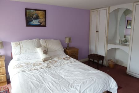 Large double room above local pub.  - Casa