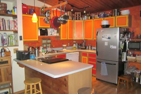 Let this stylish chalet be your home base during your stay in Fairbanks.  10 minutes from the airport, and 15 minutes from downtown. Enjoy amazing views of the Alaska Range and Chena River. Downstairs bedroom has its own entry and bathroom.