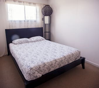 For King and Queens: Queen bed and our larges room - Bed & Breakfast