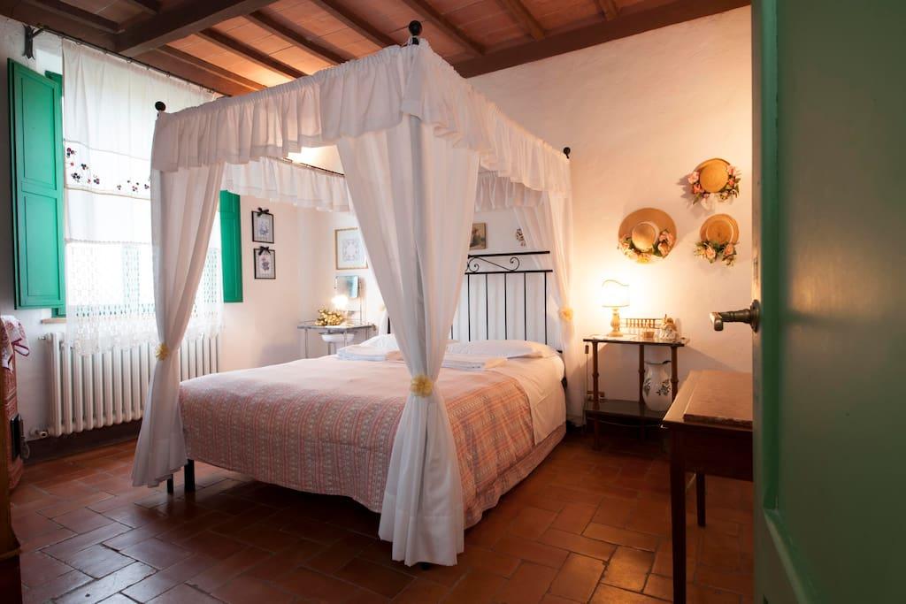 Camera doppia con bagno privato e vista sui campi