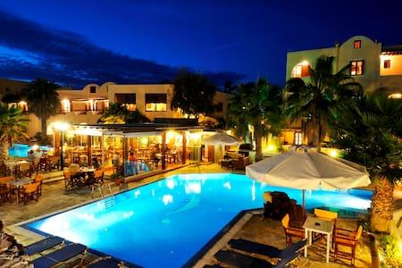 Cozy double  room , amazing pool. - Akrotiri - Hotel boutique