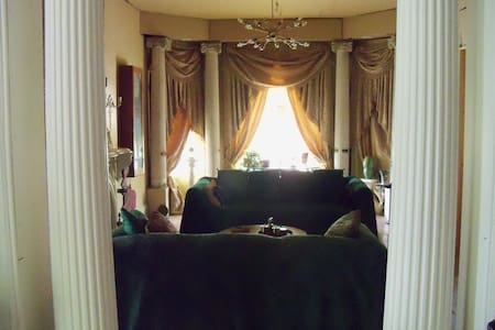 LARGE ROOM IN HISTORIC WOODBRIDGE - Detroit