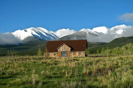 Barn Home in Rocky Mountains - Dom