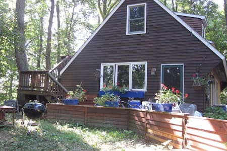 Share charming woodland cottage by lake, wifi - Boyds - Hus