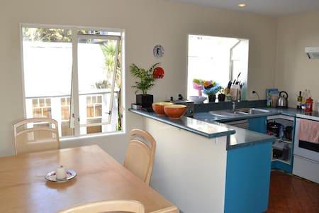 A sunny townhouse only a 5 minute walk away from the Wellington CBD. Located close to shops, cafes and Wellington night-life.