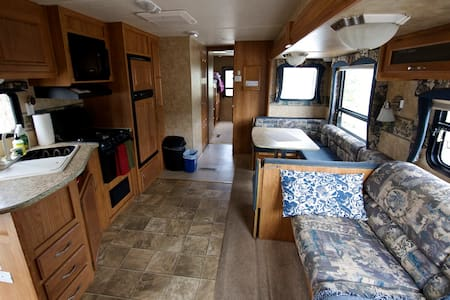 Spacious RV w/Lake & Mountain view - Camper/Roulotte