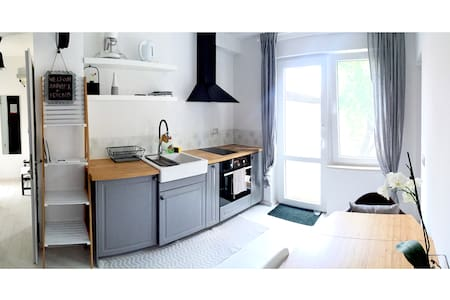 Bright one-bedroom flat with patio - Wohnung