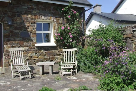 This cosy Coach House has a mezzanine double bedroom overlooking a lovely, alcove-lit, sitting room with a wood burning stove. A moments walk from breathtaking Dunworley Beach. The perfect couple's nest on the Wild Atlantic Way! Catering available!