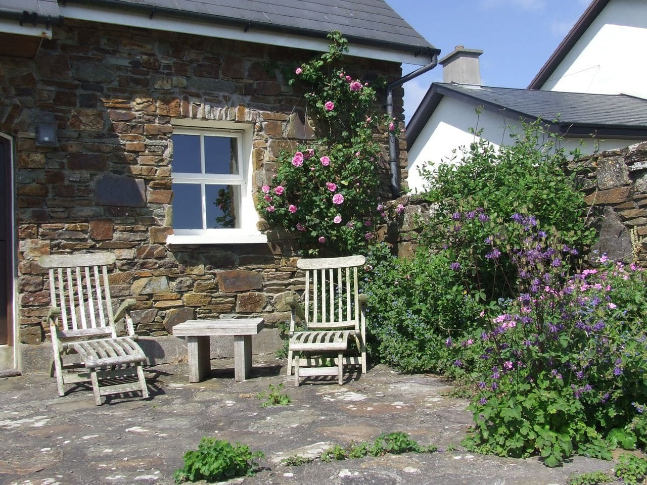Beautiful coach house is the ideal love nest for honey mooners or surfers hang out with wicked waves on Dunworly Beach