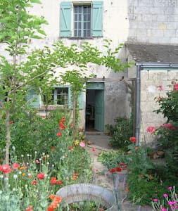 Loire Riverside Cottage with Garden - Huis