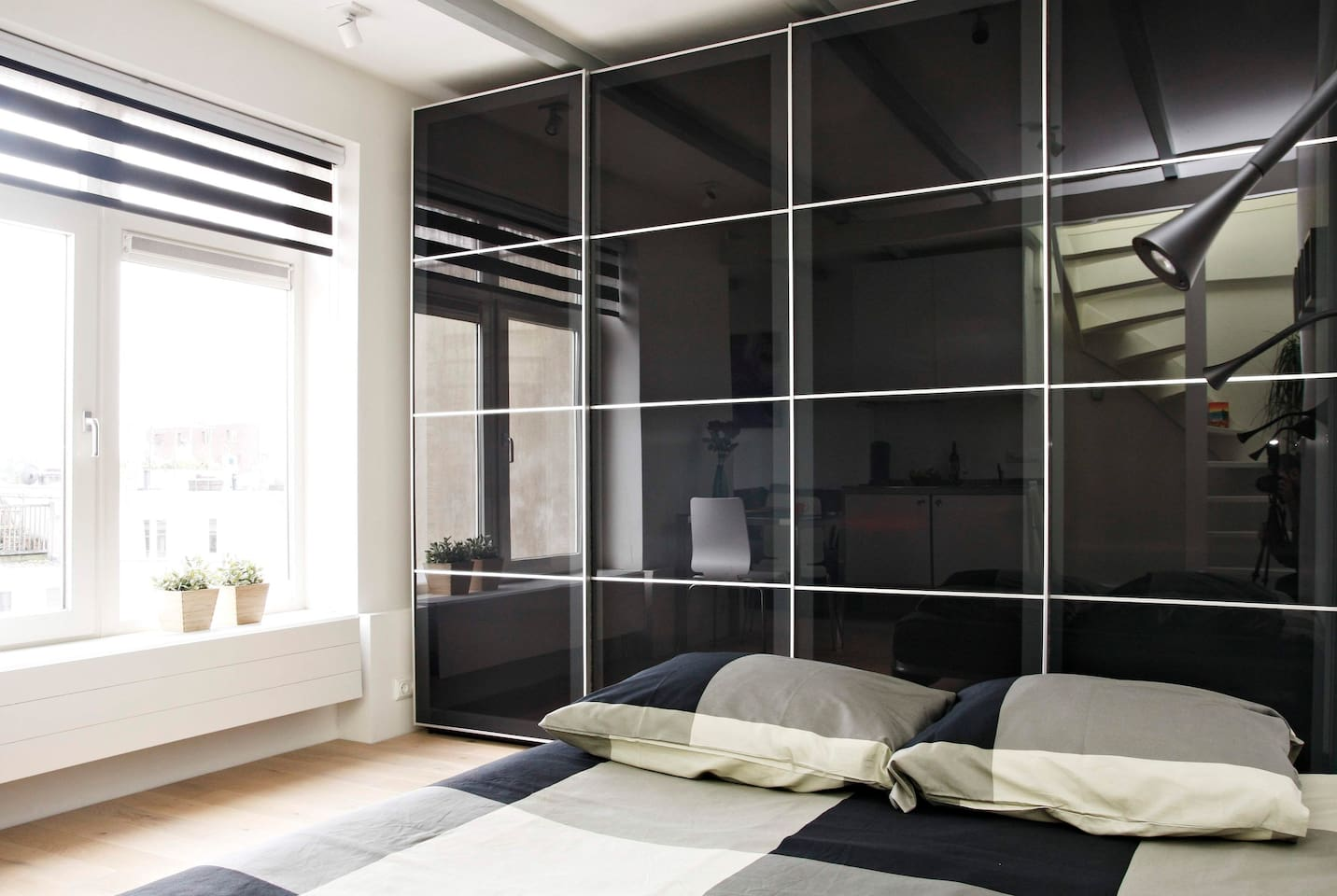 Double bed with view over the city