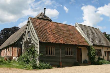 Cosy Cartlodge on family farm - House