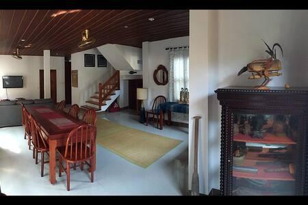 Modern, Art-Filled Home - Hus