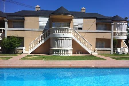 Casa con jardín y piscina a pocos pasos del mar - Casa