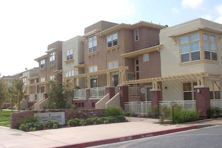Room type: Entire home/apt Property type: Townhouse Accommodates: 4 Bedrooms: 2 Bathrooms: 2.5