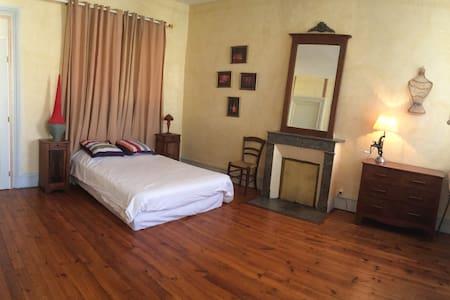 Chambre spacieuse dans maison de charme - Townhouse
