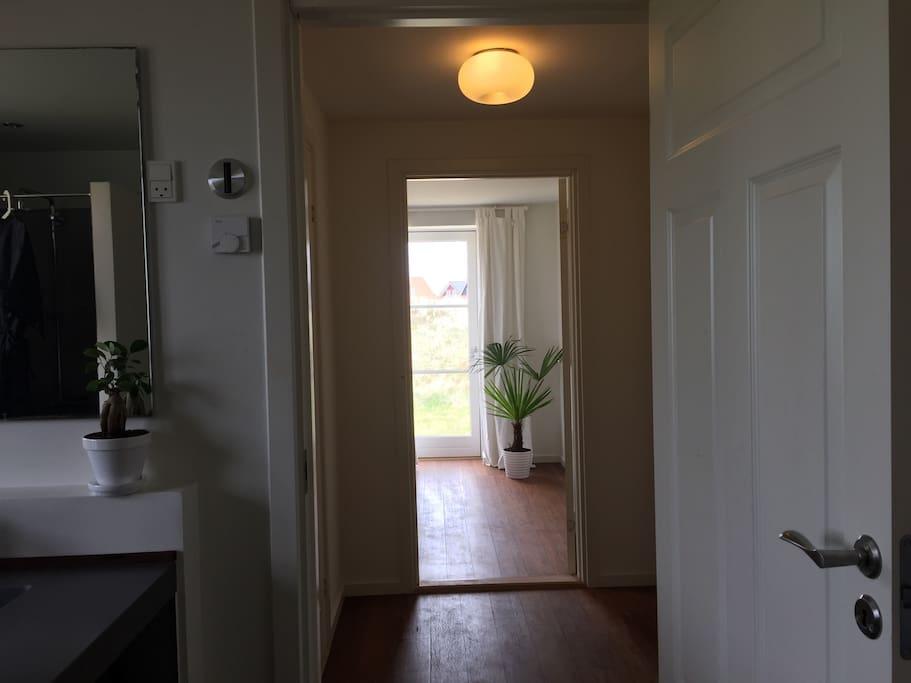 Kig fra baderum til soveværelse .. separat afdeling i mit hus