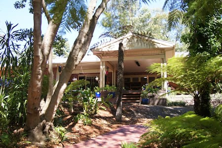 Foothills Hideaway Dandenong Ranges - Bed & Breakfast