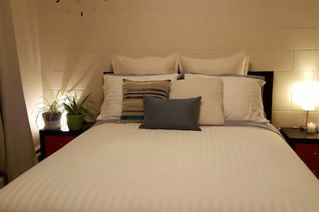 Clean and Comfortable Bedroom - Appartement