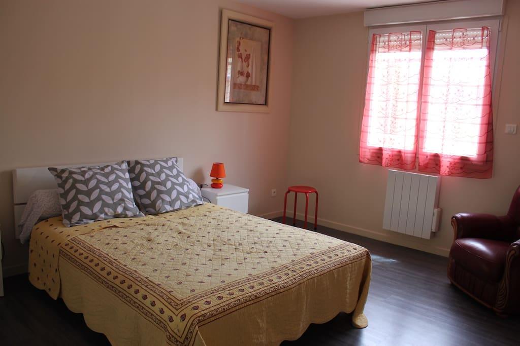 Chambre n°2 avec armoire