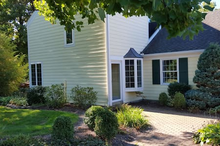 Pittsford gem, vaulted ceilings, gardens. - Pittsford - House