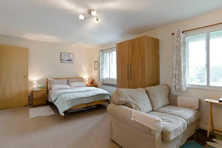 London studio flat with parking near Heathrow - Hounslow - Apartamento