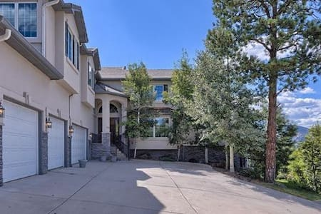 Luxury property with the best views in Colo Spr #1 - Hus