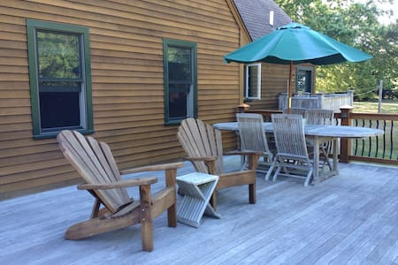Room w/ private bath near all Beaches & Newport - Middletown - House