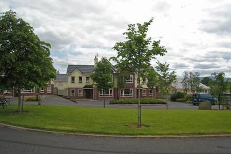 Innisfallen Holiday Homes - 4BR Apartment