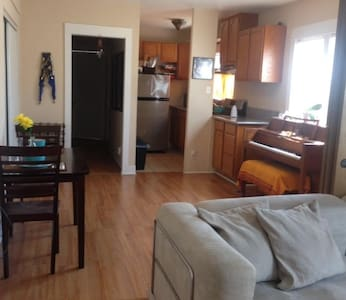 COZY CHARMER WITH LOTS OF SUNSHINE! - Long Beach - Apartment