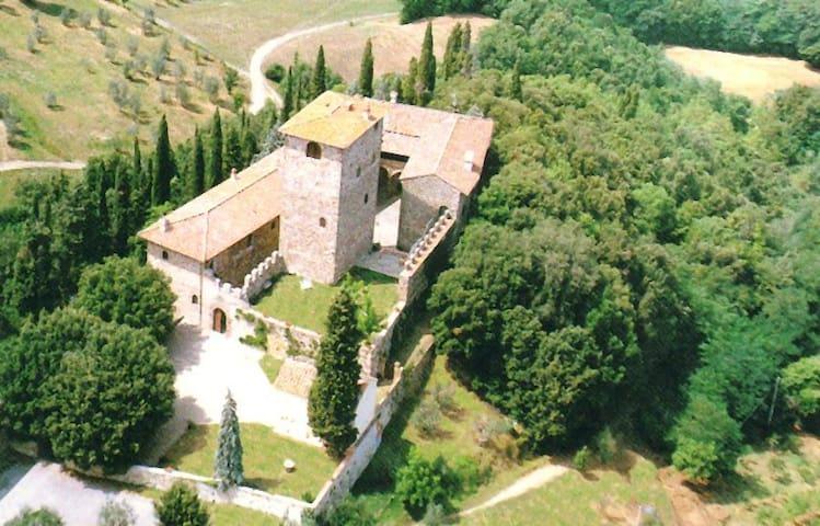 torre medievale a 15 km da firenze - Castle