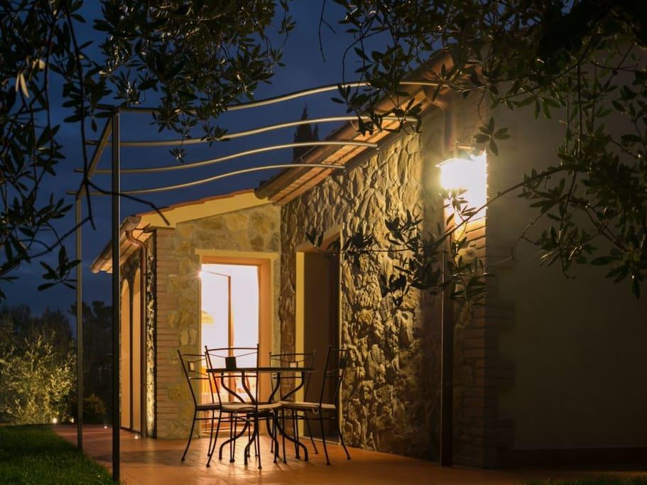 Angolo relax esterno affacciato sull'oliveto.