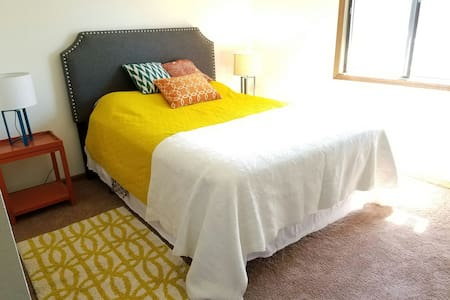 Bright and Comfy Room in a 2 BR Apt - Lincoln - Lakás