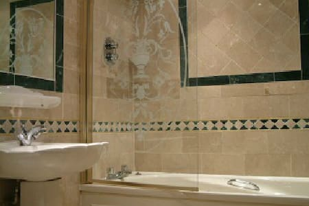 Private Hotel Room 2 - Ensuite Bath - London - Bed & Breakfast