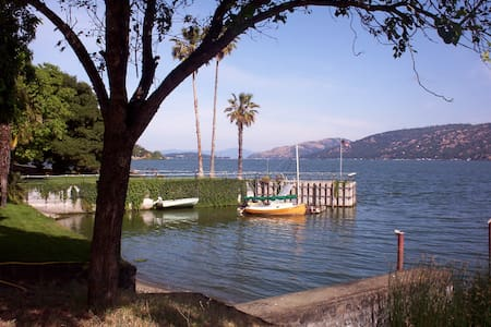 Large private bay, classic lake fun - Clearlake