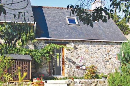 2 Bedrooms Cottage in Duault - Huis