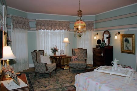 Colonial White House Bed & Breakfast - Bed & Breakfast
