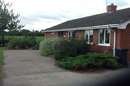 3 bed roomed bungalow on family run dairy farm - Bungalou