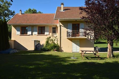 Grand studio en rez-de-chaussée - Saint-Pierre-de-Curtille