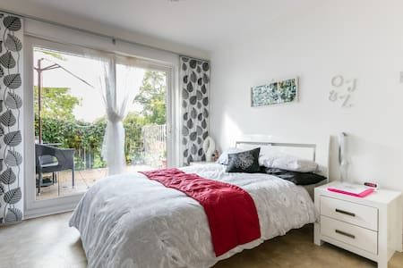 Bright double room with balcony  Belfast - House