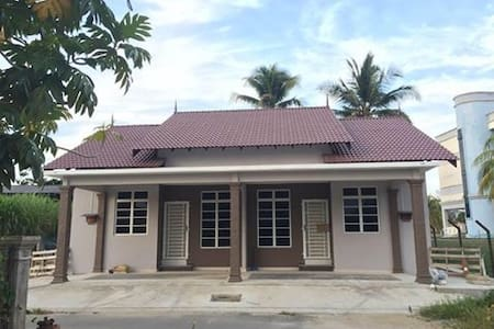 HOMESTAY AL IKHLAS, with peaceful place - Ház
