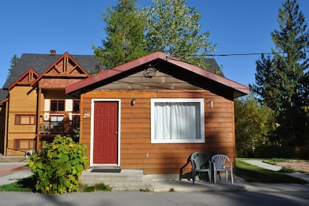 Rustic cabin at the base of Red Mountain! - Rossland - Sommerhus/hytte