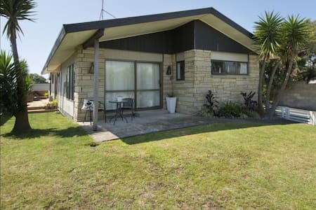 3 Bedroom Beach House in Papamoa - Casa
