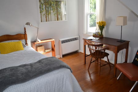 Comfortable room in downtown Blacksburg - 단독주택