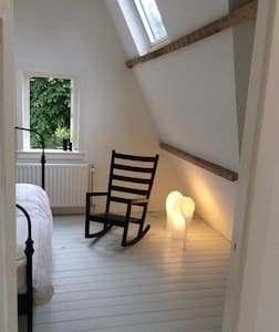 Spacious,light, characterful room near city centre - Ev