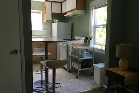 Sunny studio apartment near the beach and downtown - Apartment