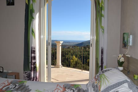 Chambre dans villa, piscine couverte, vue mer. - Peymeinade - Gjestehus