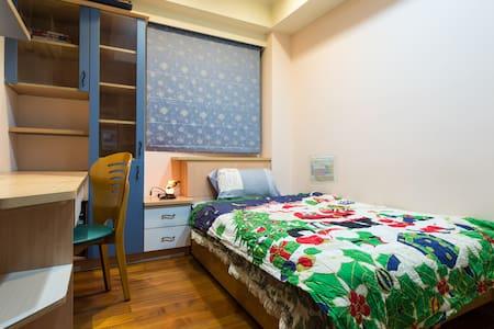 Clean bedroom / 5 min walk from MRT - Lakás