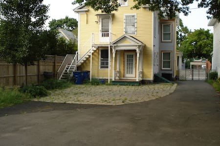 Spacious, light-filled room, conveniently located - New Haven - House
