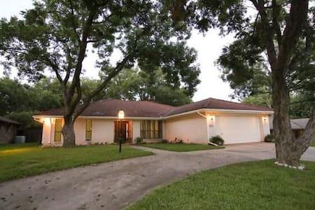 Spacious Modern Home - Benbrook - Ház